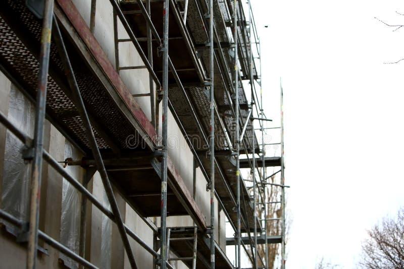 Stålmaterial till byggnadsställning som används för façaderenoveringarbeten arkivfoton