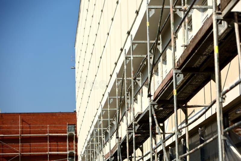 Stålmaterial till byggnadsställning som används för façaderenoveringarbeten royaltyfri foto