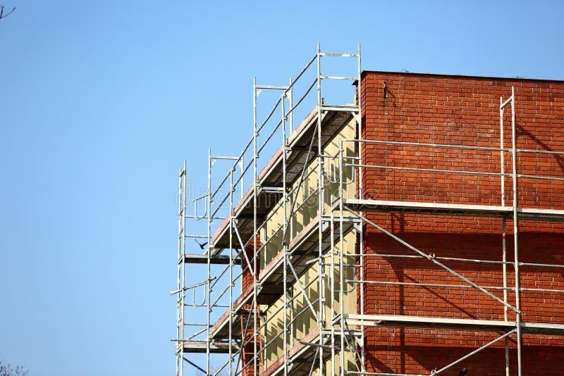 Stålmaterial till byggnadsställning som används för façaderenoveringarbeten royaltyfri fotografi