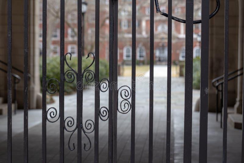 Stålport in i klassisk borggård royaltyfri fotografi