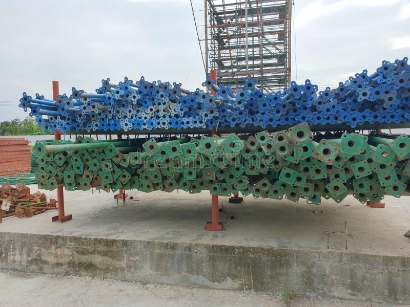 Stålrör för strukturella material på hyllorna på den stora konstruktionsplatsen arkivfoto