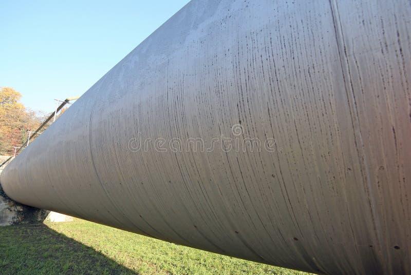 stålrör för transporten av gaser eller olja under konstruktion arkivfoton