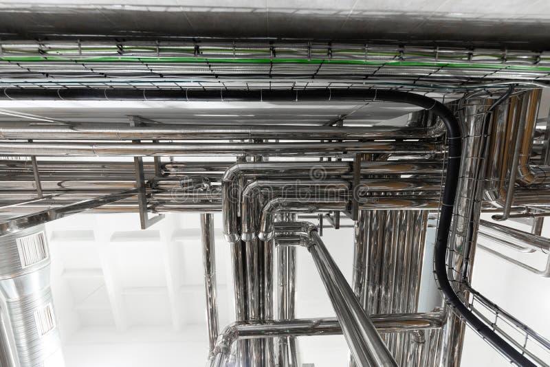 Stålrörledningar och kablar i fabriksinre som bakgrundsbegrepp för farmaceutisk bransch royaltyfria foton