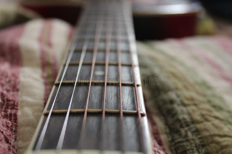 Stålrader för akustisk gitarr royaltyfria foton