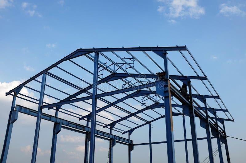 Stålram av en ny industribyggnad royaltyfri foto