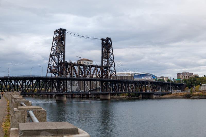 Stålsätta bron över den Willamette floden med Portland horisont royaltyfri fotografi