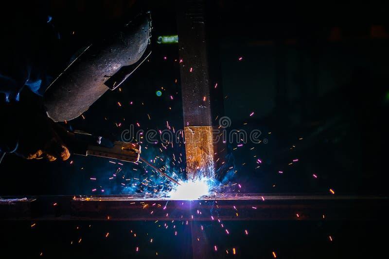 Stålsätta svetsning på industriellt, arbetare på arbetsområde arkivfoto