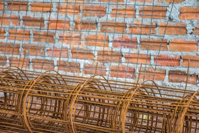 Stålstången har rost som förbereder sig för byggnadskonstruktion med rött arkivfoton