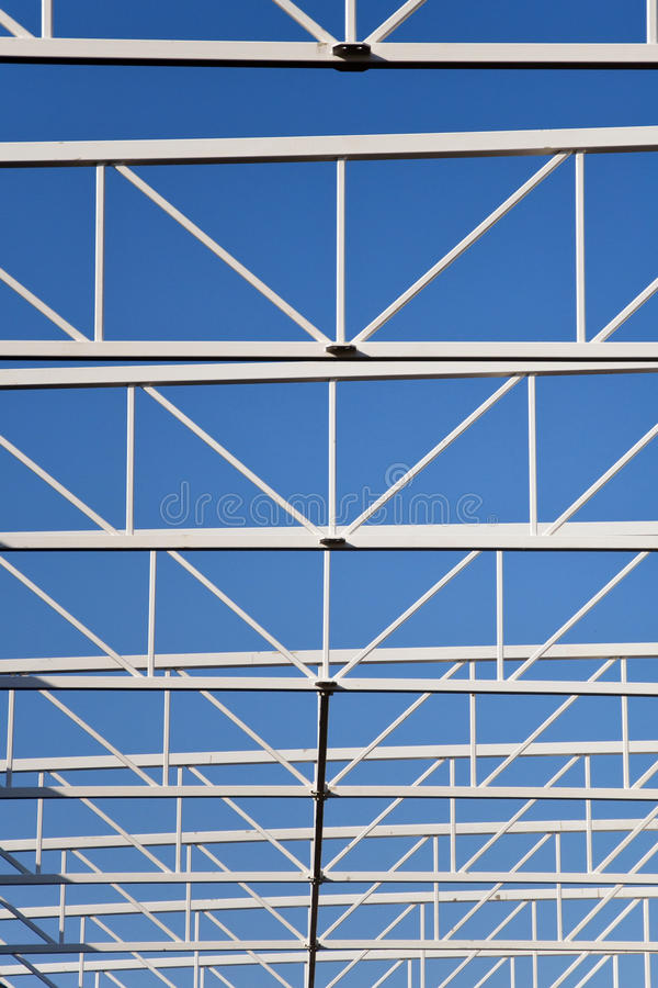 Stålstruktur av taket på den blåa himlen arkivbild