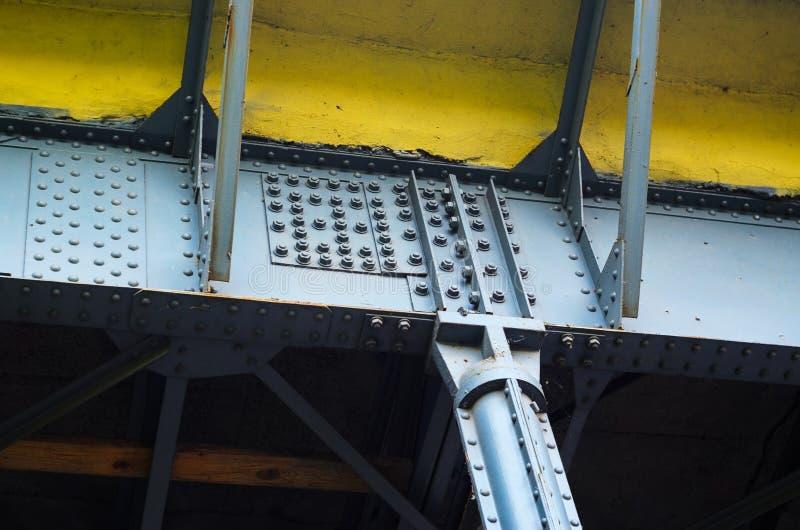 Stålstruktur på kasta i sig och fastnitade skarvar arkivfoton