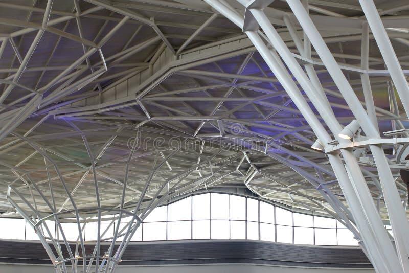 Stålstruktur under taket av byggnad royaltyfri bild