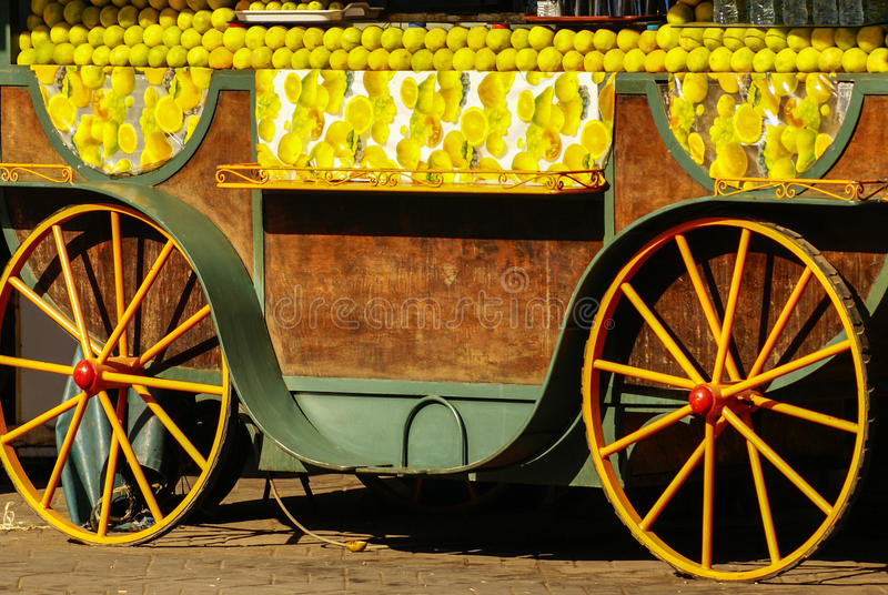 Stånd med frukter i Marrakesh. royaltyfri fotografi