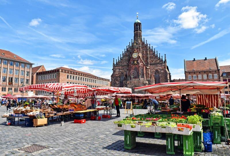 Stånd på marknadsfyrkanten av den Franconian staden av Nuremberg i Tyskland royaltyfri fotografi