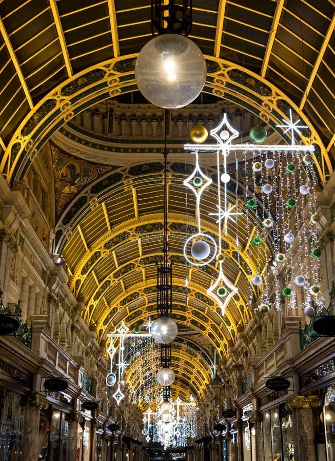 Ståndsmässigt galleri i Victoria Quarter, Leeds stadsmitt, UK Gallerian dekoreras för jul fotografering för bildbyråer