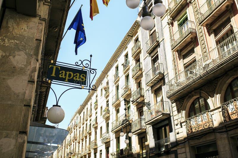 Stång av tapas som placeras i Barcelona royaltyfri foto