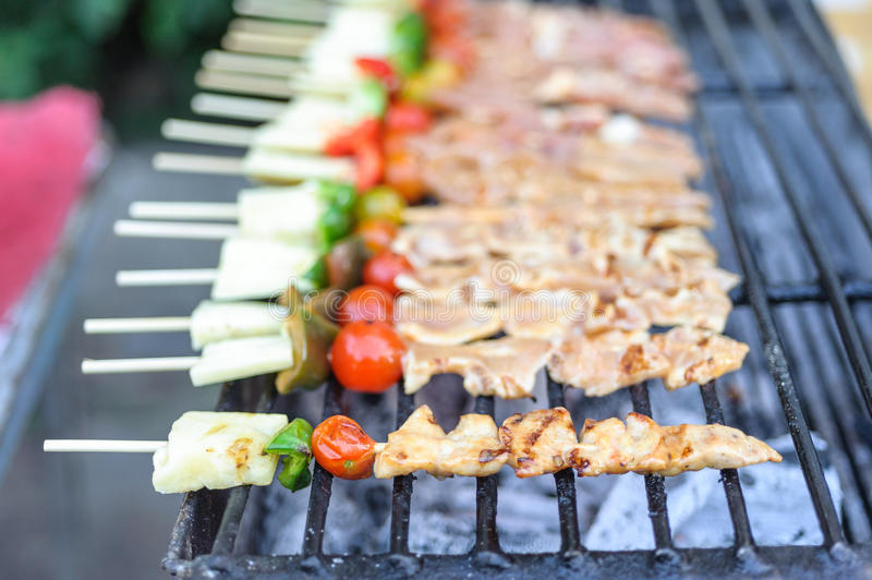 Stång-B-q eller BBQ med kebabmatlagning. kolgaller av fegt kött sk arkivfoto
