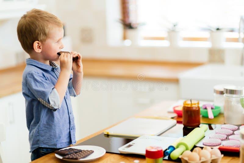 Stång för barnavsmakningchoklad i kök royaltyfria foton