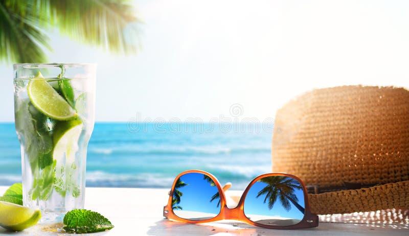 Stång för drink för strand för konstsommar tropisk; mojitococtail royaltyfria bilder