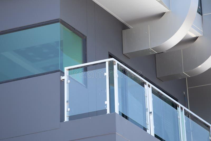 Stång för modern stil för konstruktion aluminum och nedgångskyddstem arkivbilder