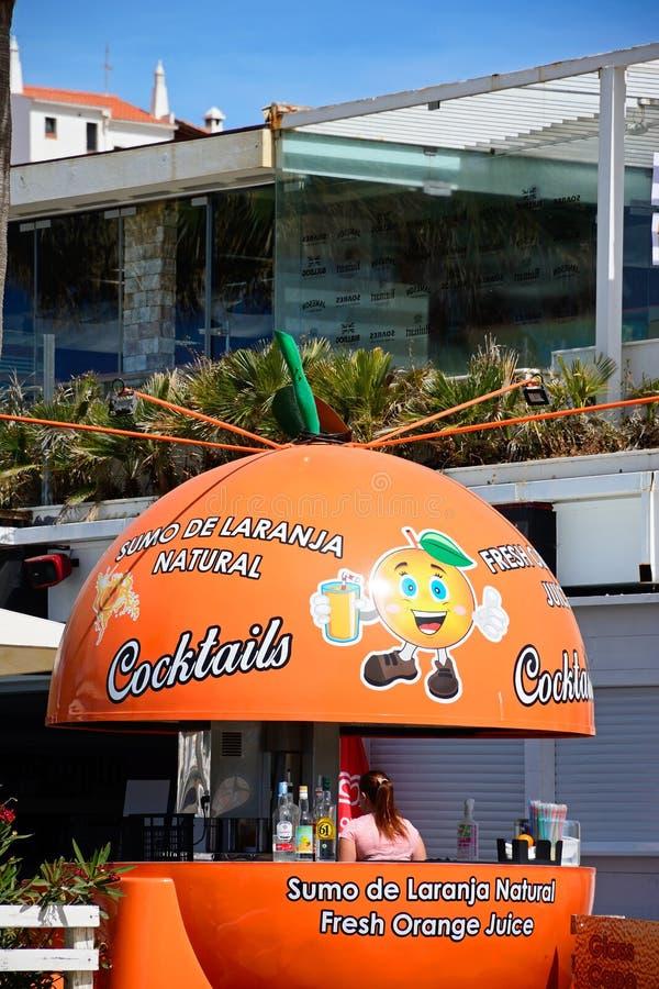 Stång för orange fruktsaft för krimskrams, Albufeira, Portugal arkivbild