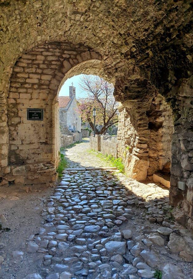 Stång för stad för stadsport gammal - Montenegro royaltyfri fotografi