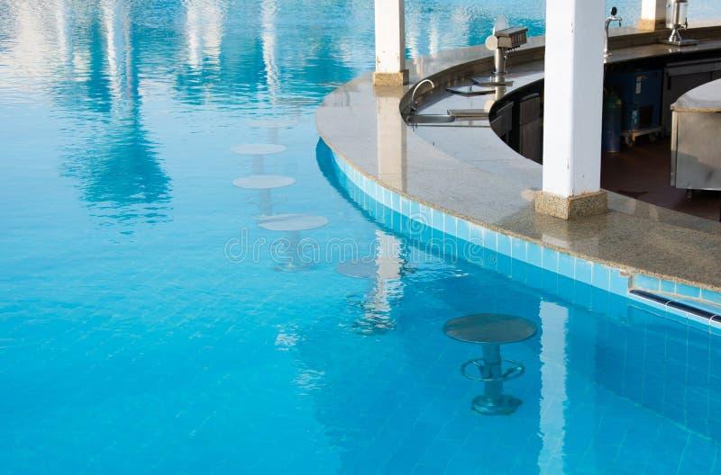 Stång i simbassäng på hotellet royaltyfri foto