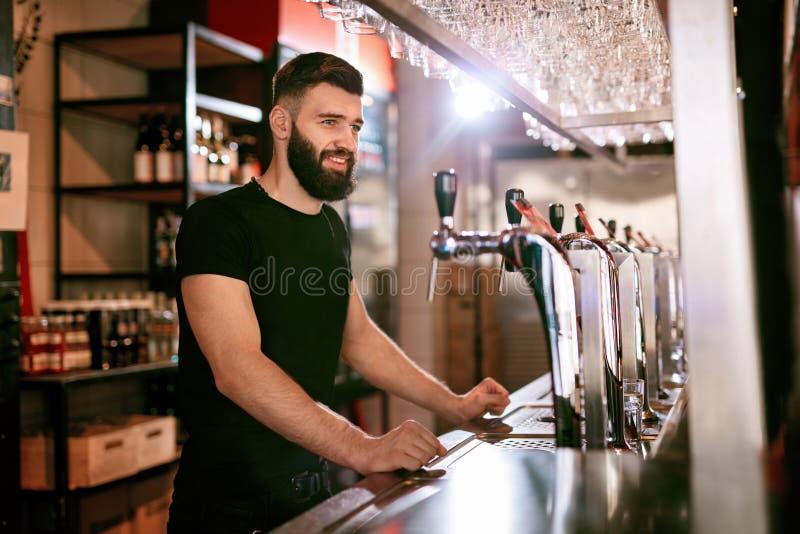 Stångbar Manlig bartenderStanding At Bar räknare royaltyfri bild