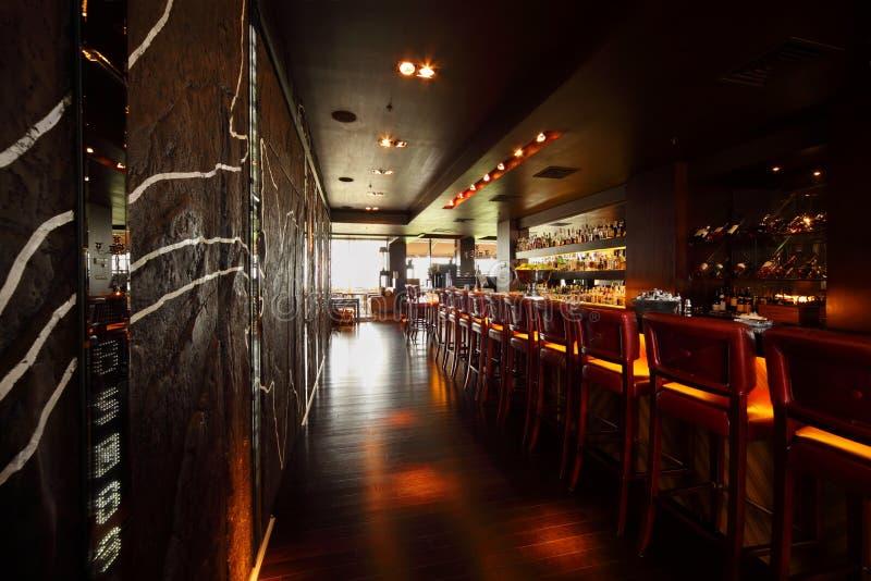 stången chairs den counter tomma restaurangen arkivbild