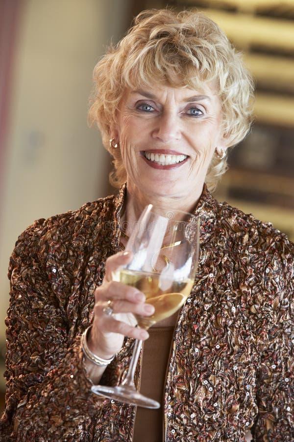 stångexponeringsglas som har winekvinnan royaltyfria bilder