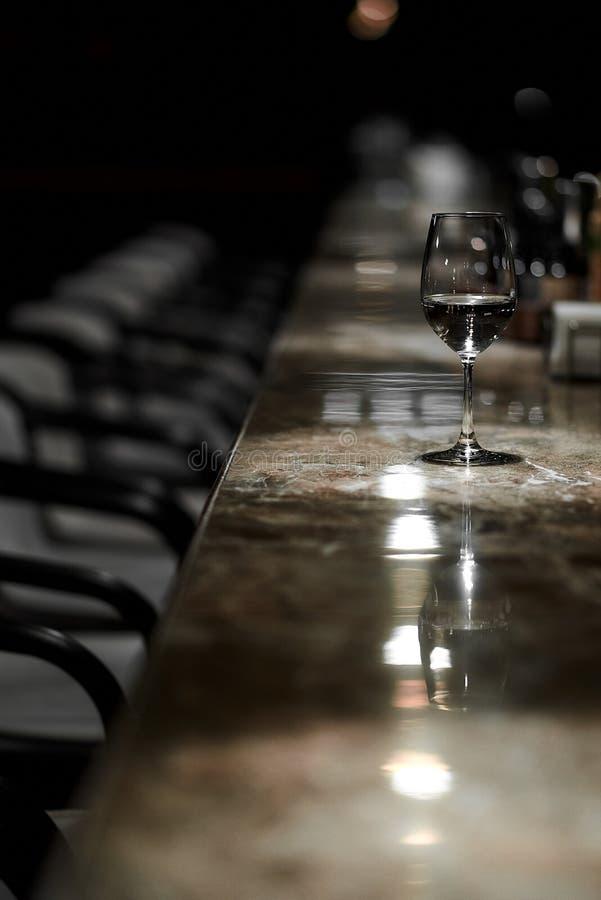 Stångräknare, stolar, exponeringsglas av vin fotografering för bildbyråer