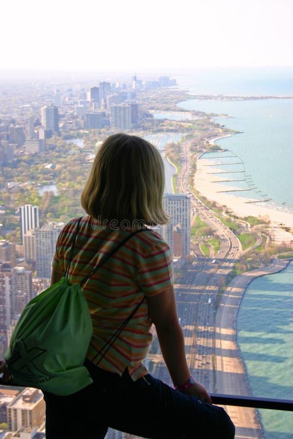 Står högt besökare som ser ut ur den tidigare Hancocken, i Chicago, Illinois arkivfoton