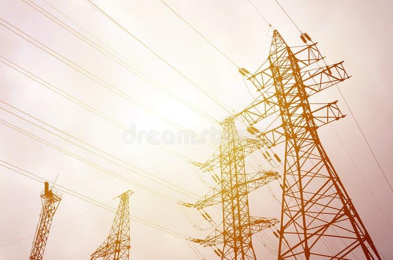 Står högt kraftledningar mot en bakgrund för molnig himmel elektricitet fotografering för bildbyråer