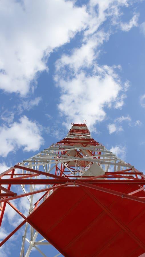 Står högt stora telekommunikationer med en blå himmel och vita moln royaltyfria foton
