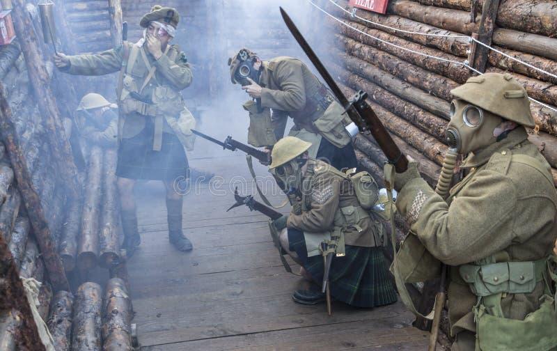 Står soldater för brittisk armé för WWI klara under wh för attack för giftgas arkivbild