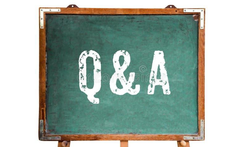 """Står vit text för Q&A som, för akronymen för """"Questions och för Answers† är skriftlig på en träsvart tavlasvart tavla för gr arkivbild"""