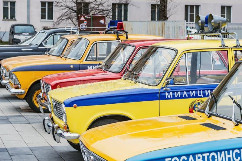 Ståta av de retro sovjetiska bilarna på fyrkanten för den centrala staden arkivbilder