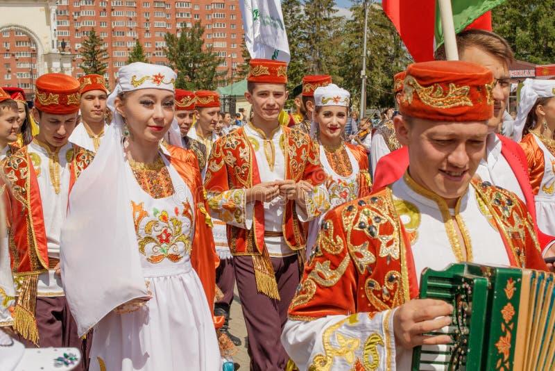 Ståta av gäster från Bashkiria i nationella dräkter arkivfoto