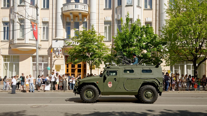 Ståta av militär utrustning i heder av Victory Day Bolshaya Sadovaya gata, Rostov-On-Don, Ryssland Maj 9, 2013 royaltyfria bilder