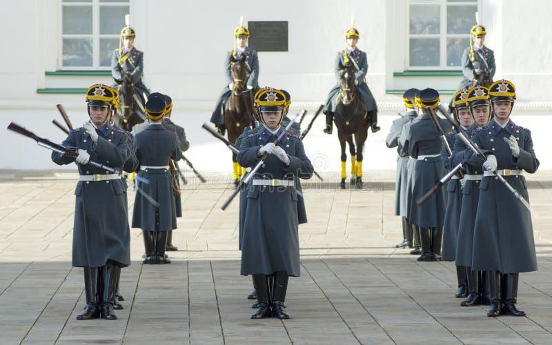 Ståta av presidentPutin guards arkivbild