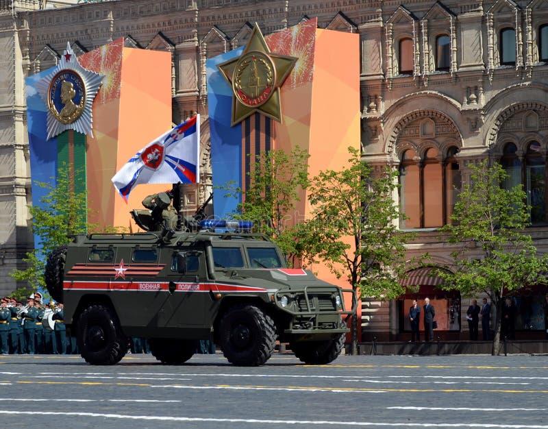 Ståta i heder av Victory Day i Moskva Den militära polisen för rysk ` som kan användas till mycket för pansarbil`-tiger-M royaltyfri foto