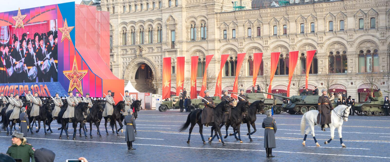 Ståta på röd fyrkant i Moskva, kavalleri i historisk militär likformig från världskrig II arkivfoton