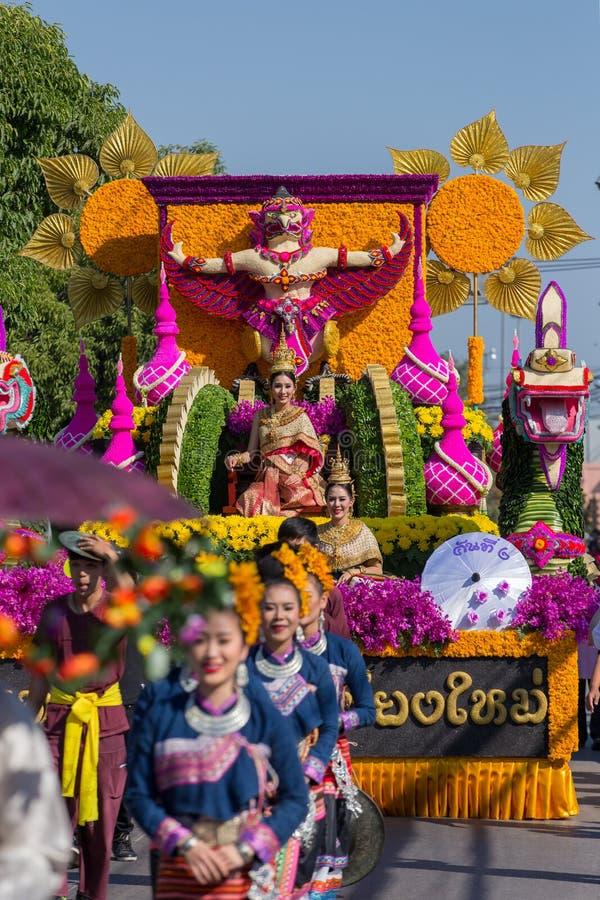 Ståtabilarna dekoreras med många olika sorter av blommor under årsdagen Chiang Mai Flower Festival, öppningen som 2017 cere fotografering för bildbyråer