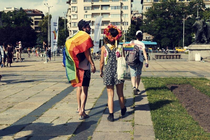 08 ståtar attraktiva par för den Juni 2019 Bulgarien med regnbågeflaggan under Sofia Pride royaltyfria foton