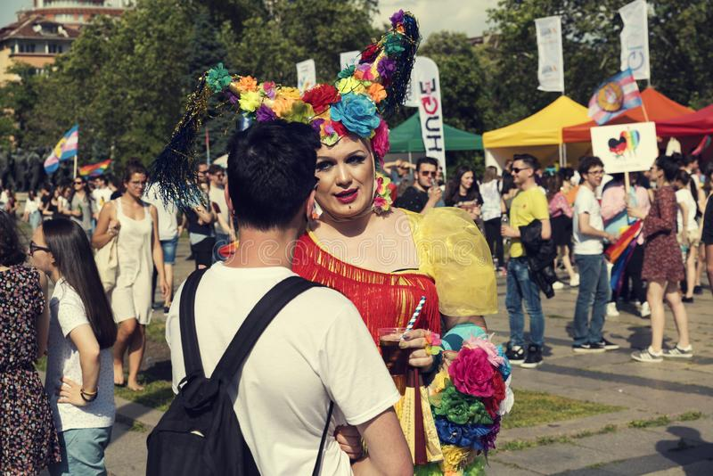 08 ståtar den attraktiva transsexuellen för den Juni 2019 Bulgarien som talar med en grabb under Sofia Pride royaltyfria bilder