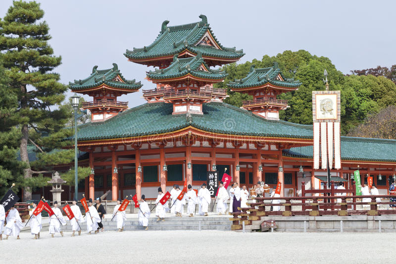 Ståtar den historiska dräkten för den årliga hösten i Kyoto arkivfoton