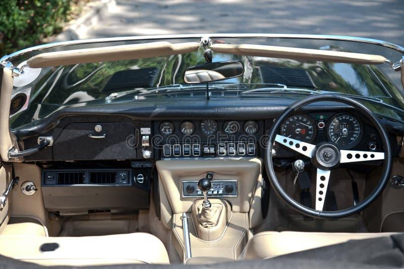 ståtar den inre jaguar för bil e typ tappning arkivfoto