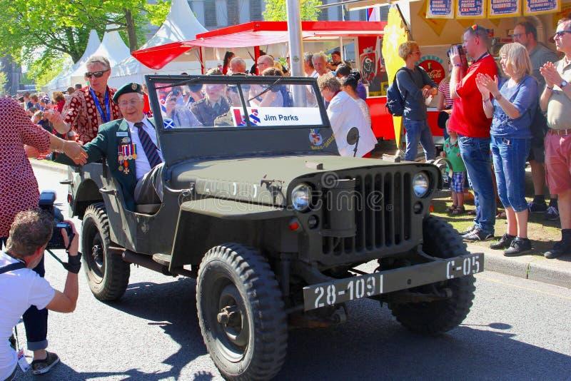 Ståtar den militära jeepen för krigsveteran befrielsedagen, Nederländerna arkivfoton