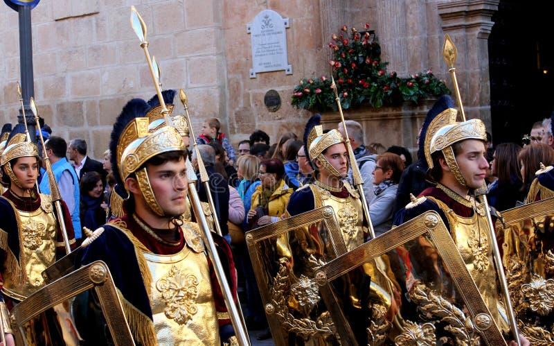 Ståtar iklädd romersk legionärkläder för folk under de biblic 'viterna och deppigheterna i påskferierna i den Lorca staden royaltyfri fotografi