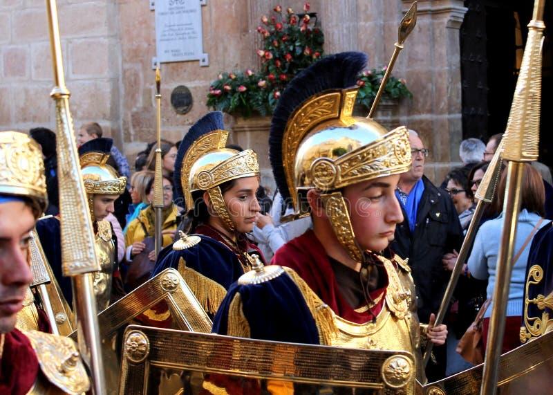 Ståtar iklädd romersk legionärkläder för folk under de biblic 'viterna och deppigheterna i påskferierna i den Lorca staden royaltyfria foton