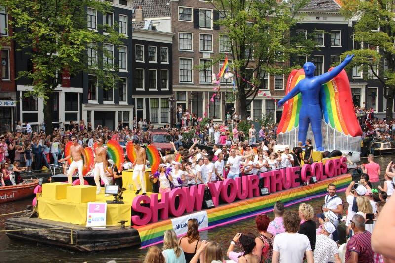 Ståtar kanalen Amsterdam för glad stolthet arkivfoton